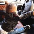 Sofia, la fille d'Amel Bent, au volant d'une Mercedes. Photo postée sur Instagram le 19 décembre 2017.