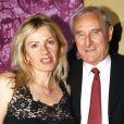Gérard de Villiers et sa dernière épouse Christine, à Paris le 1er juillet 2003.
