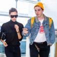 Victoria Beckham et son fils Brooklyn Beckham arrivent à l'aéroport de New York, le 13 octobre 2017.