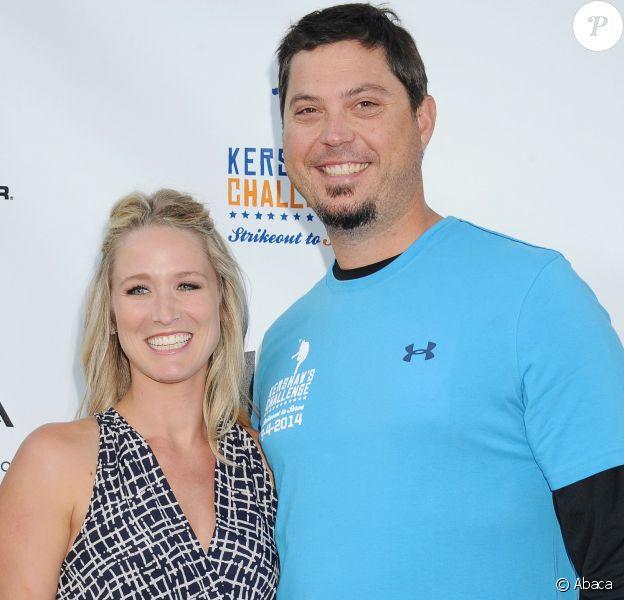 Josh Beckett et sa femme Holly lors d'un tournoi de ping-pong caritatif en septembre 2004 à Los Angeles, dans le stade des Dodgers où il évoluait alors peu avant sa retraite de la MLB.