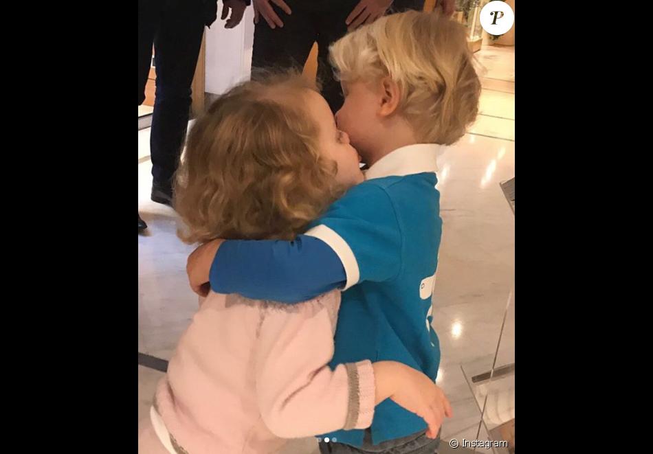 """Le prince Jacques et la princesse Gabriella de Monaco se font un câlin chez le coiffeur après s'être fait couper les cheveux. Leur maman la princesse Charlene a dévoilé le résultat, leur """"première coupe"""", sur Instagram le 13 novembre 2017."""