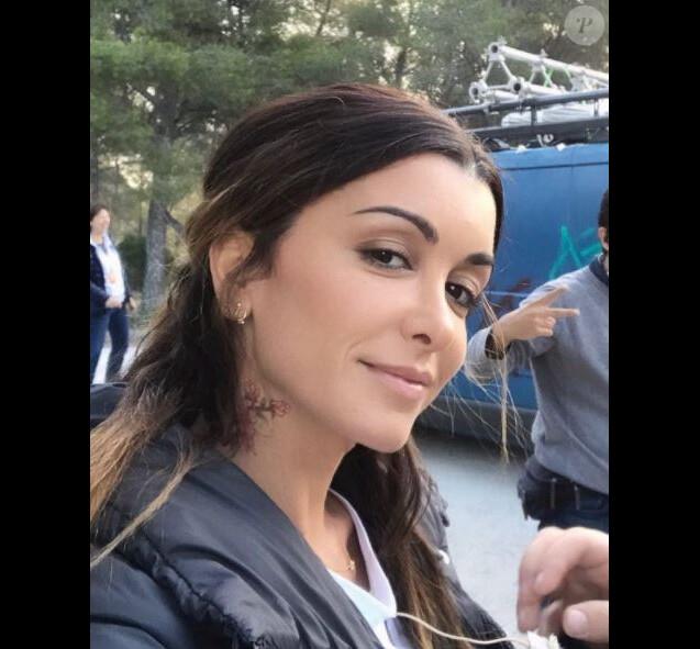 """Jenifer sur le tournage du téléfilm """"Traqués"""" de TF1, avec un faux tatouage, sur Instagram le 20 octobre 2017."""