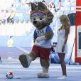 Wolf Zabivaka, la mascotte officielle de la Coupe du monde de football 2018, et Victoria Lopyreva à la cérémonie d'ouverture de la Coupe des Confédérations. Saint-Pétersbourg, le 17 juin 2017.