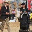 """""""Naya Rivera et son mari Ryan Dorsey passe la journée avec leur fils Josey Hollis Dorsey au Underwood family Farms à Moorpark, le 14 octobre 2017."""""""
