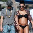 """Exclusif - Naya Rivera enceinte se promène avec son mari Ryan Dorsey lors de leurs vacances à Hawaii, le 20 avril 2015."""