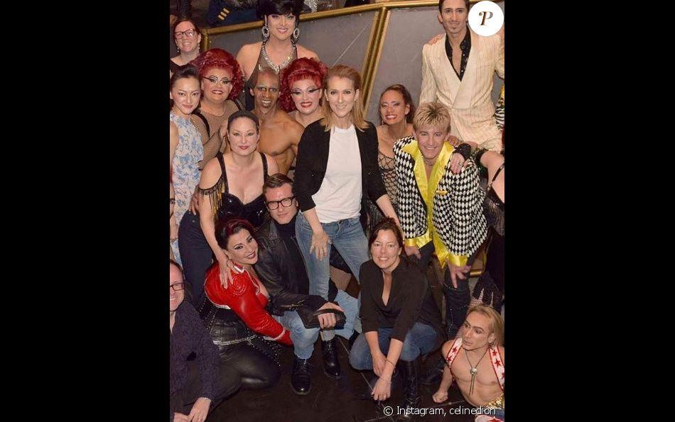 Céline Dion pose avec Pepe Munoz et la troupe du spectacle Zumanity à Las Vegas, le 28 novembre 2017