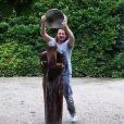 Lara Fabian, trempée, participe au Ice Bucket Challenge, le 25 août 2014.