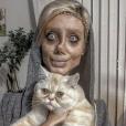 Sahar Tabar, une jeune fan iranienne, fait tout pour ressembler à Angelina Jolie. Selon la presse, elle aurait subi jusqu'à 50 opérations de chirurgie esthétique. (novembre 2017)