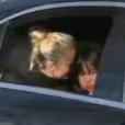 Laeticia Hallyday et sa fille Joy dans le cortège qui suit le cercueil de Johnny Hallyday. Obsèques de Johnny Hallyday à Paris. Le 9 décembre 2017.