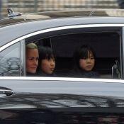 Obsèques de Johnny : Laeticia Hallyday en larmes avec ses filles, salue la foule