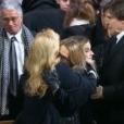 Laura Smet  tombe dans les bras de Sylvie Vartan - Obsèques de Johnny Hallyday, à Paris, le 9 décembre 2017