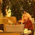 Exclusif - Justin Bieber et sa compagne Selena Gomez se câlinent et s'embrassent sur la terrasse d'un restaurant après avoir assisté à une messe nocturne à Beverly Hills, le 30 novembre 2017