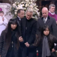 """""""  Laeticia Hallyday, Jade et Joy embrassent le cercueil de Johnny Hallyday à Paris, le 9 décembre 2017.              """""""