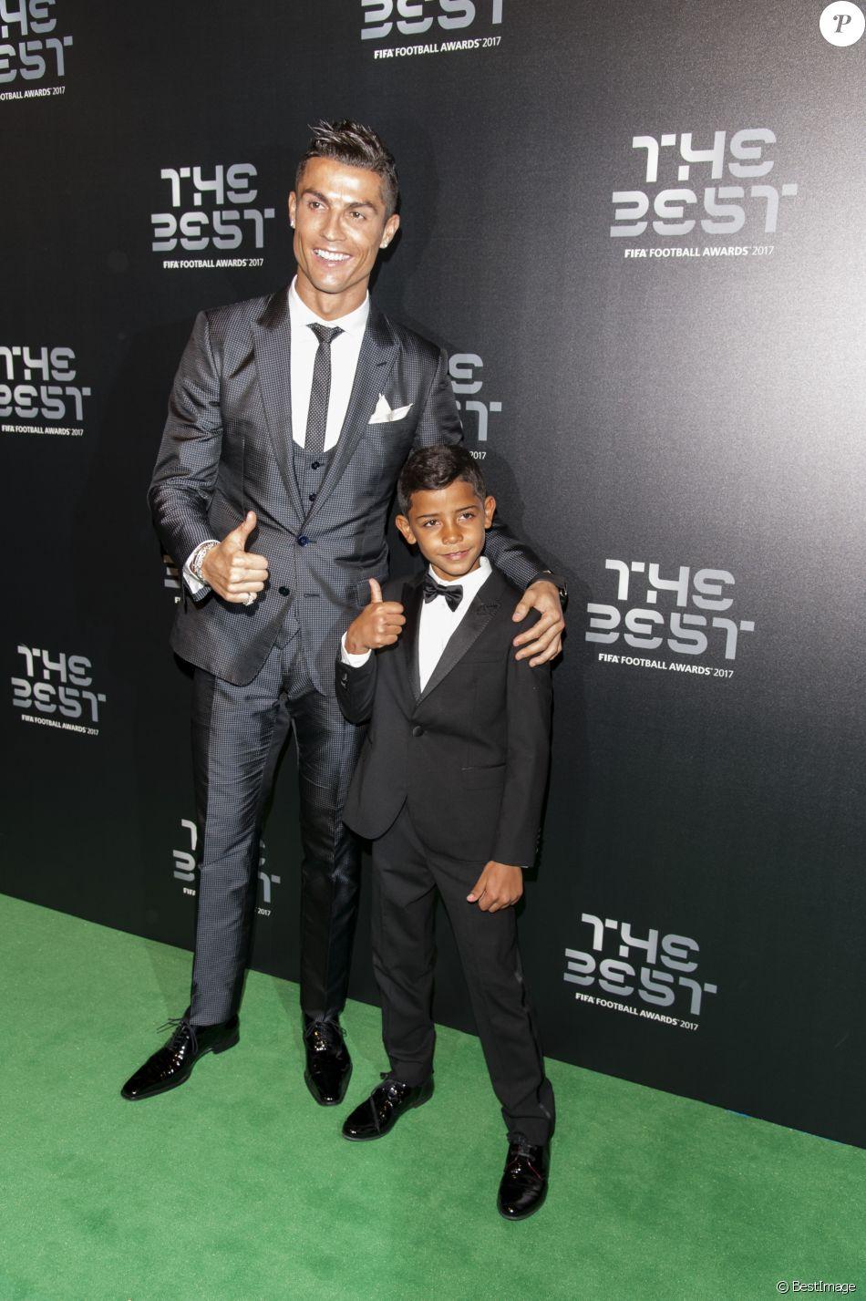 Cristiano Ronaldo (meilleur joueur) et son fils Cristiano Jr - The Best FIFA Football Awards 2017 au London Palladium à Londres, le 23 octobre 2017. © Pierre Perusseau/Bestimage
