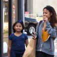 Christina Milian fait du shopping avec sa fille Violet dans les rues de Studio City, le 16 décembre 2017