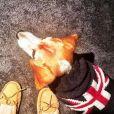 Meghan Markle et son beagle Guy portant le pull qu'avait auparavant son autre chien, BOgart, quand il était petit, photo Instagram 3 décembre 2016