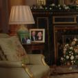 La reine Elizabeth II dans le salon 1844 au palais de Buckingham pour son allocution de Noël, le 25 décembre 2017. Sur le bureau à côté d'elle, des photos de George et Charlotte de Cambridge, de son mariage avec le prince Philip et de leurs noces de platine. Mais dans la pièce figurait aussi une photo des fiançailles du prince Harry et de Meghan Markle, qui s'apprête à entrer dans la famille.