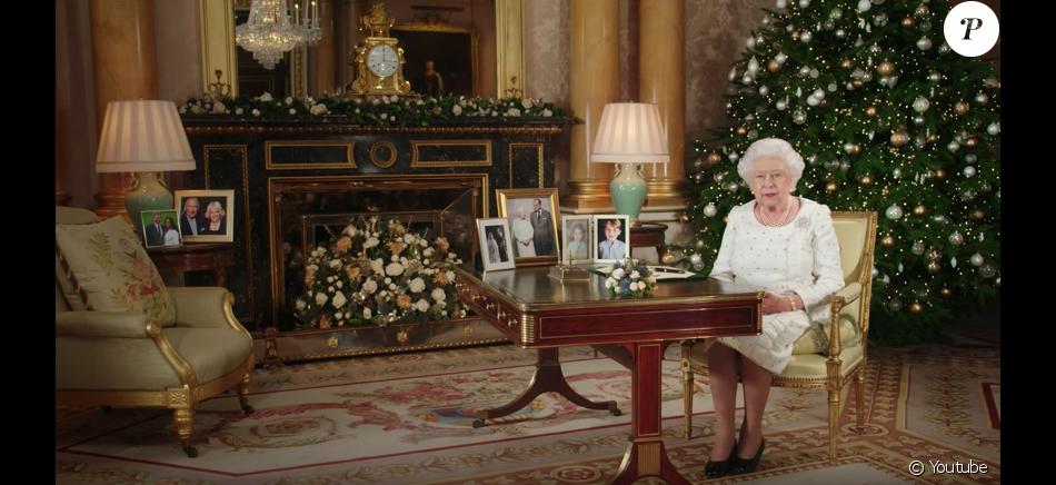 la reine elizabeth ii dans le salon 1844 au palais de buckingham pour son allocution de no l le. Black Bedroom Furniture Sets. Home Design Ideas