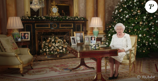 Une photo des fiançailles du prince Harry et de Meghan Markle dans le salon 1844 au palais de Buckingham, lors du message de Noël de la reine Elizabeth II, le 25 décembre 2017.