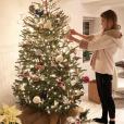 Gigi Hadid face à son sapin de Noël. Décembre 2017.