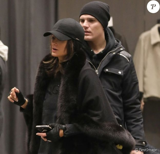 Exclusif - Paris Hilton et son compagnon Chris Zylka font du shopping à Aspen le 1er janvier 2018. Exclusive - For Germany call for price - Aspen, CO - Couple Paris Hilton and Chris Zylka are spotted out doing some night time shopping on New Years day in Aspen. Rumors have been swirling that the pair got engaged during their holiday trip with Paris rocking a large diamond ring on her hand. Paris is sporting a darker hair color than her iconic blonde locks! Is the heiress gearing up for some big changes in 2018?01/01/2018 - Aspen