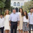 Rania et Abdullah II de Jordanie avec leurs enfants le prince Hashem, la princesse Iman, la princesse Salma et le prince héritier Hussein, posant tous ensemble devant le palais royal à Amman pour les voeux du Nouvel An 2016.