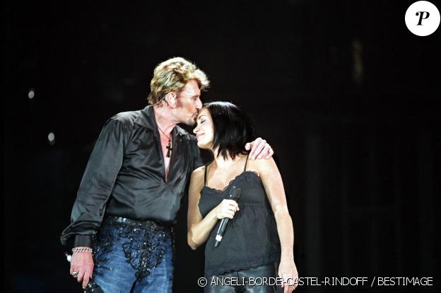 """Johnny Hallyday et Jenifer chantent """"Je te promets"""" lors des concerts du rockeur au Parc des Princes à Paris, le 12 juin 2003."""