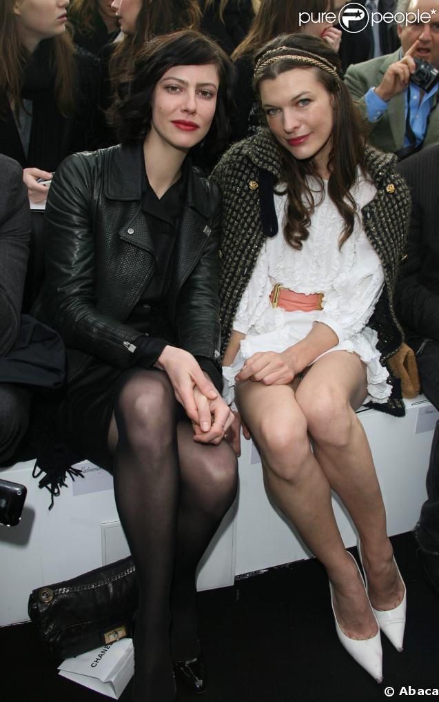Milla Jovovich et Anna Mouglalis au défilé Chanel prêt-à-porter automne-hiver 2009/2010 au Grand Palais à Paris, le 10 mars 2009.