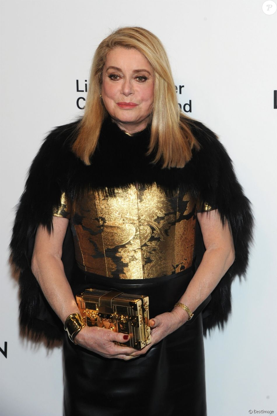 Catherine Deneuve à la soirée Louis Vuitton & Nicolas Ghesquire for Harpers Bazaar au Lincoln Center's Alice Tully Hall à New York, le 30 novembre 2017