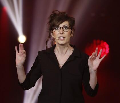 Nora Hamzawi (Quotidien) sans ses lunettes : Elle n'est pas tout à fait la même...