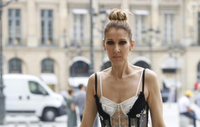 """Exclusif - Céline Dion quitte l'hôtel Royal Monceau et se rend dans les salons de la boutique """"Schiaparelli"""" sur la place Vendôme à Paris le 1er aout 2017."""