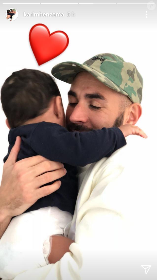 Karim Benzema partage un câlin avec son fils de 6 mois, tendre moment partagé dans une story Instagram le 28 novembre 2017.