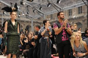 Marc Jacobs : son amoureux est... son premier fan au défilé Vuitton avant Louise Bourgoin et Gong-Li !