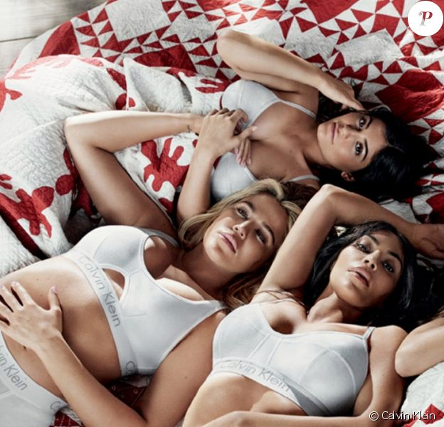 Photo de campagne Calvin Klein mettant en scène les soeurs Kardashian-Jenner. Sur la photo, Kylie (enceinte de son premier enfant avec Travis Scott) camoufle son ventre de grossesse sous une couverture. Janvier 2018.
