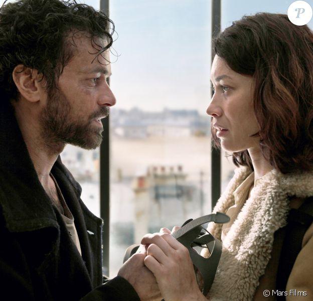 Romain Duris et Olga Kurylenko dans le film Dans la brume