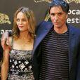 """Vanessa Paradis et son compagnon Samuel Benchetrit (costume Dior et chaussures Nike) posent ensemble lors de la première du film """"Chien"""" au 70 ème festival du film de """"Locarno"""" le 7 août 2017"""