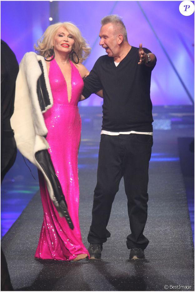 Amanda Lear déshabillée par Jean Paul Gaultier pour son défilé prêt-à-porter printemps-été 2013 à Paris, le 29 septembre 2012.