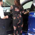 """Eva Longoria, enceinte, et son mari José Baston à la sortie d'un centre médical à Beverly Hills. Le couple a ensuite déjeuner avec Natalia, la fille de José. Eva porte une combinaison fleurie de sa propre collection """"Eva Collection"""" - Le 25 janvier 2018"""