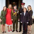 La princesse Salma, la reine Rania, le roi Abdullah II, le prince héritier Hussein, le prince Hashem et la princesse Iman de Jordanie le 11 août 2017 à Camberley en Angleterre suite à la cérémonie de sortie du prince Hussein de l'Académie militaire royale de Sandhurst.
