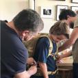 Le prince Hashem de Jordanie préparé par son père le roi Abdullah II pour partir en classe verte sous le regard de la reine Rania de Jordanie, photo Instagram octobre 2017