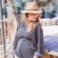 Ariane Brodier, enceinte de sept mois, dévoile son joli baby bump.