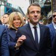 Le président de la République Emmanuel Macron, sa femme la Première Dame Brigitte Macron (Trogneux) et Olivier Poivre d'Arvor, ambassadeur de France en Tunisie - Le couple présidentiel se promène dans la médina, le coeur historique de Tunis, Tunisie, le 1er février 2018. Ils se sont ensuite envolés vers le Sénégal, où ils sont attendus pour une autre visite d'Etat. © Sébastien Valiela/Bestimage