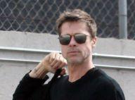 Brad Pitt cause un accident de voiture... mais garde la banane