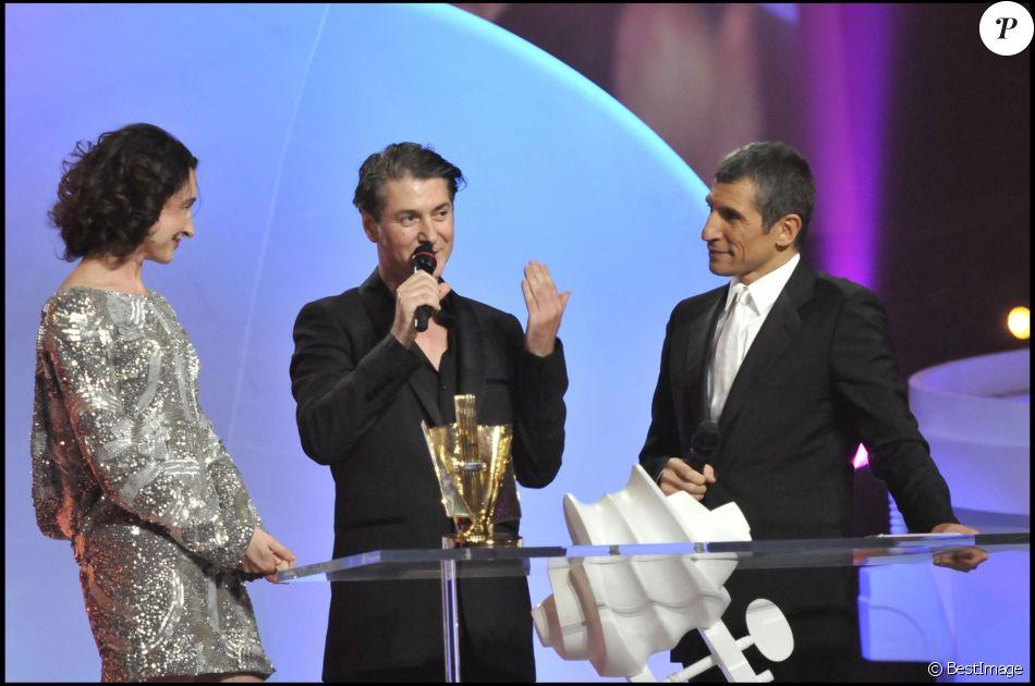"""Etienne Daho récompensé pour l'album """"L'Invitation"""" en présence d'Anne Brochet et Nagui lors des 23e Victoires de la musique à Paris le 8 mars 2008."""