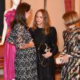 """La duchesse Catherine de Cambridge, enceinte et en Erdem, a pu s'entretenir avec Stella McCartney et Anna Wintour lors de la réception organisée pour célébrer le """"Commonwealth Fashion Exchange"""" au Palais de Buckingham à Londres, le 19 février 2018."""