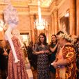 """La duchesse Catherine de Cambridge, enceinte et en Erdem, découvre l'une des pièces exposées lors de la réception organisée pour célébrer le """"Commonwealth Fashion Exchange"""" au Palais de Buckingham à Londres, le 19 février 2018."""