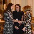 """La duchesse Catherine de Cambridge, enceinte et en Erdem, en conversation avec Anna Wintour à la réception organisée pour célébrer le """"Commonwealth Fashion Exchange"""" au Palais de Buckingham à Londres, le 19 février 2018."""