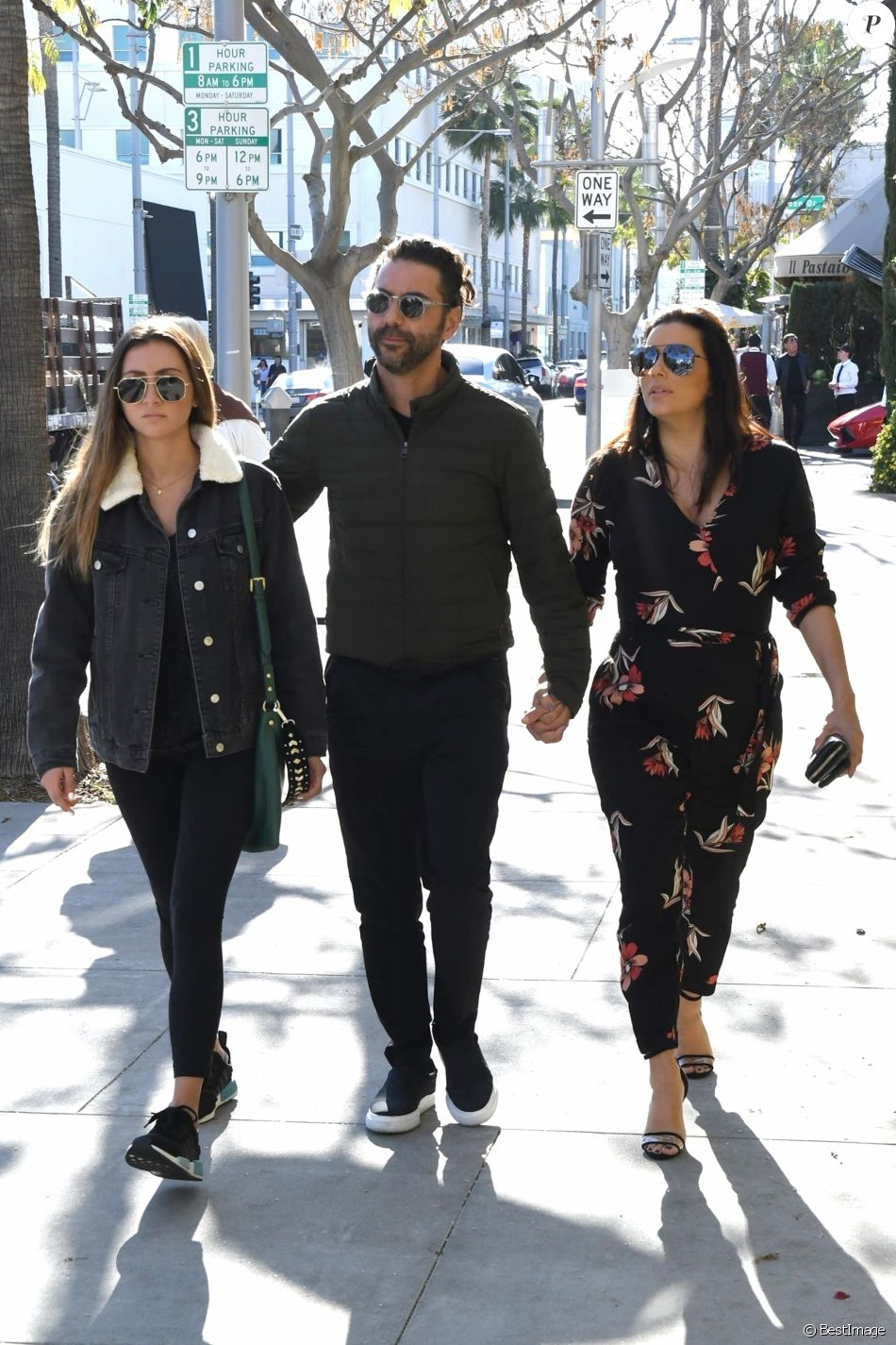 eva longoria enceinte son mari jos baston et sa fille a n e beverly hills le 25 janvier. Black Bedroom Furniture Sets. Home Design Ideas