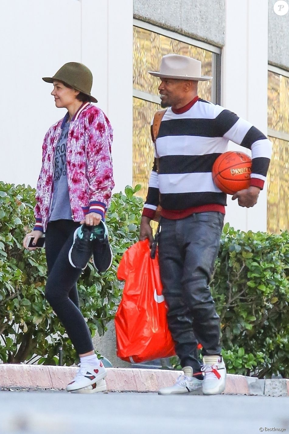 Katie Holmes avec sa fille Suri pendant que son chéri ... Katie Holmes Divorce