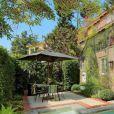 Usher vend sa maison à Hollywood Hills pour 4,2 millions de dollars le 25 février 2018. Il a acheté cette propriété de 5 chambres et 6 salles de bain pour 3,36 millions de dollars il y a moins de trois ans. La maison, dans un style espagnol, a une surface de 385 mètres carrés.